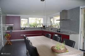 Restaurant-/leefkeuken, waar het ontbijt worden geserveerd. Verblijf-/en vergaderlocatie.