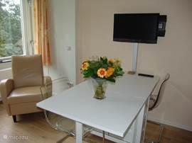 Zitje + eettafel van de luxe kamer Tulp.