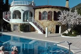 Luxe villa met groot zwembad op prachtige locatie in Calpé. Met zeezicht.