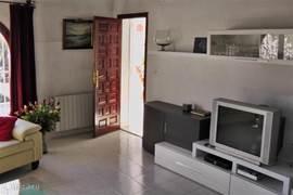 Moderne en gezellig ingerichte huiskamer met veel lichtinval.