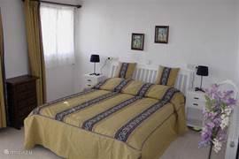 Ouderslaapkamer met 2 persoonsbed en airco. Voor koelte in de nacht.