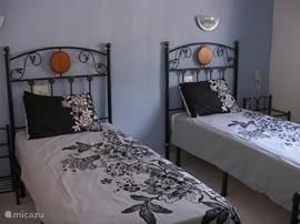 Tweede slaapkamer met losse bedden. Deze kunnen natuurlijk naast elkaar. Ook met airco.