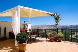 Het riant terras (60 m2) met haar panoramische vergezichten