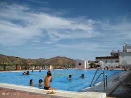 Het naastgelegen zwembad met uitzicht over het dal. Open van 23 juni tot 12 september.