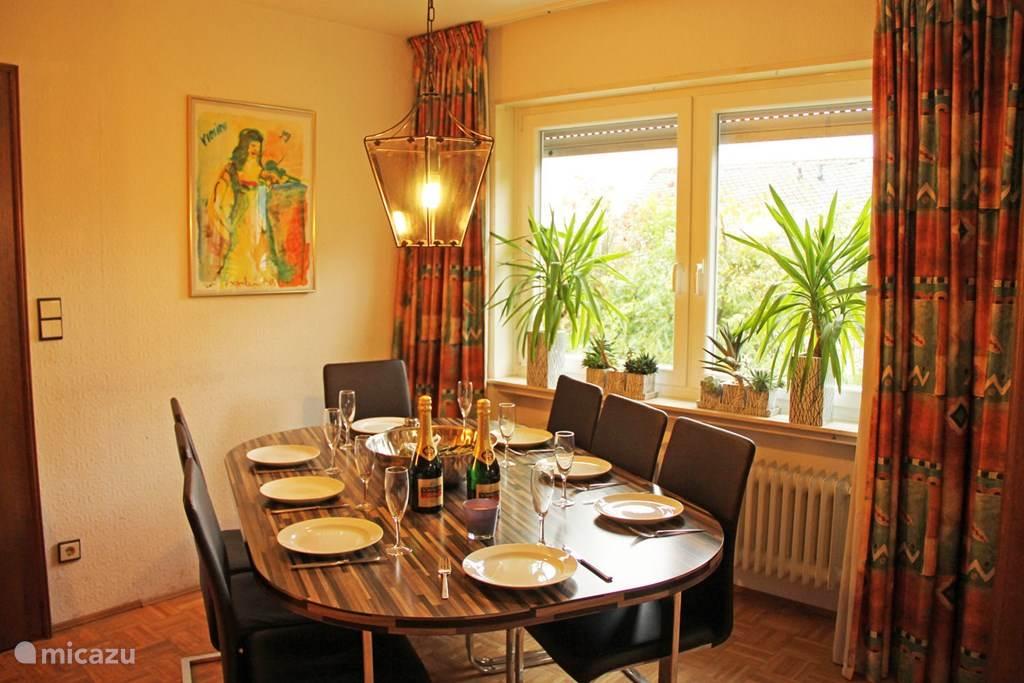 Lekker eten aan de eettafel in de woonkamer