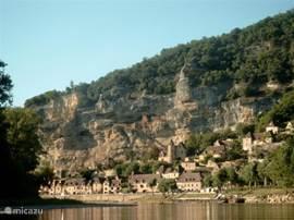 Bezienswaardigheden. In de woning ligt een map met foto's van de belangrijkste bezienswaardigheden langs de Dordogne (op 6 km afstand). In een andere map steken meer dan 100 toeristische folders.  Bezienswaardigheden: grotten (Cougnac, Lascaux), verschillende kastelen (Castelnaud, Les Milandes).
