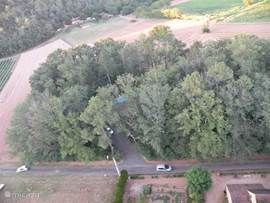 In bijlage ziet u ons domein, genomen vanuit een luchtballon. In de zomervakantie varen in de Dordogne vele luchtballonnen twee uur voor zonsondergang. Wel prijzig, maar een echte aanrader!
