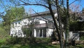 Voorjaar, achterzijde huis