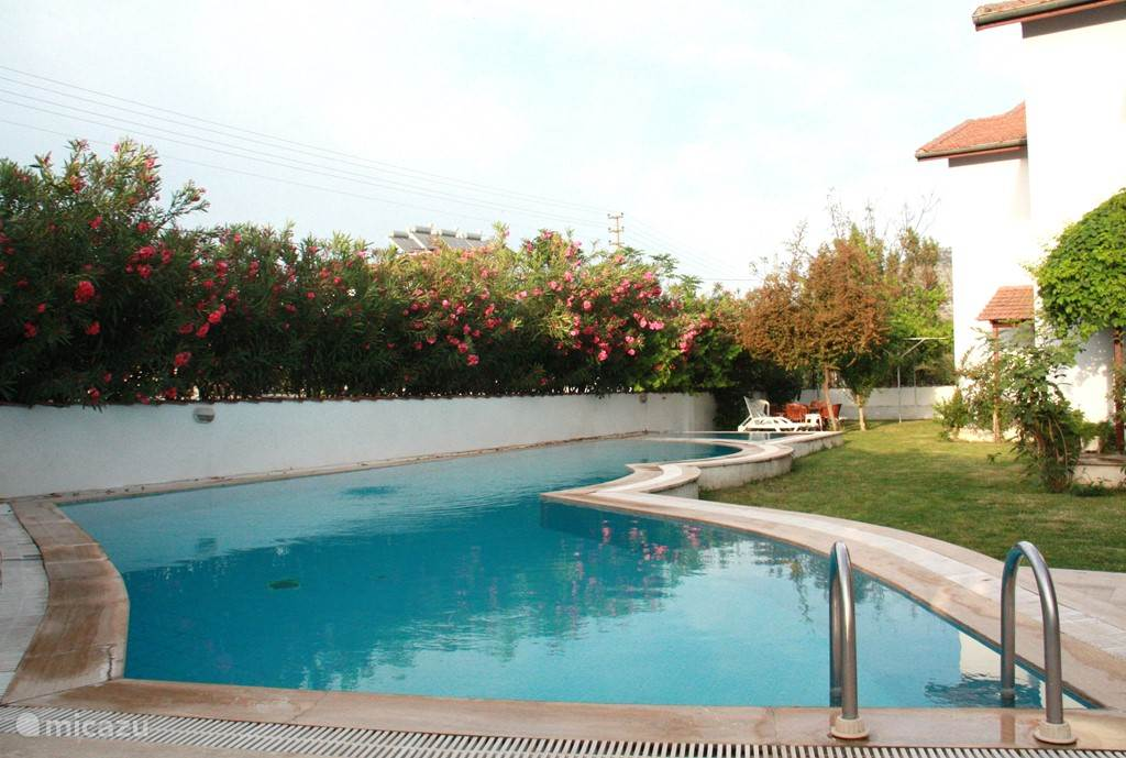 Het grote zwembad gedeeld met de twee andere villa's