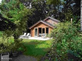 Aanzicht vanaf de zuidzijde, open deuren naar terras (inmiddels leisteen ipv hout) en tuin. Veel zon!