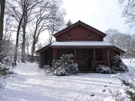 De noordkant van het huis in de winter. Voor de veranda, daarboven links de slaapkamer, rechts de overloop
