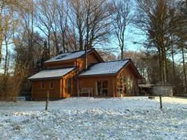 Een romantisch plaatje in de winterse sneeuw. Door de Finse afkomst tegen alle weersinvloeden bestand, goed geïsoleerd (de sneeuw blijft op het dak liggen) en altijd heel comfortabel van binnen