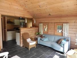 Woonkamer, ramen oostzijde, comfortabele 3-zitsbank en twee fauteuils