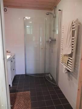 Badkamer met vloerverwarming en radiator, goede douche