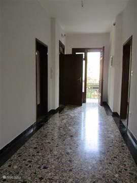 de gang op de boven verdiepeing met venetiaanse vloeren .......