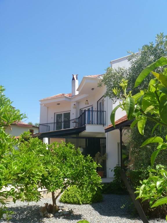 Villa Poppy vanuit de tuin met citrusbomen
