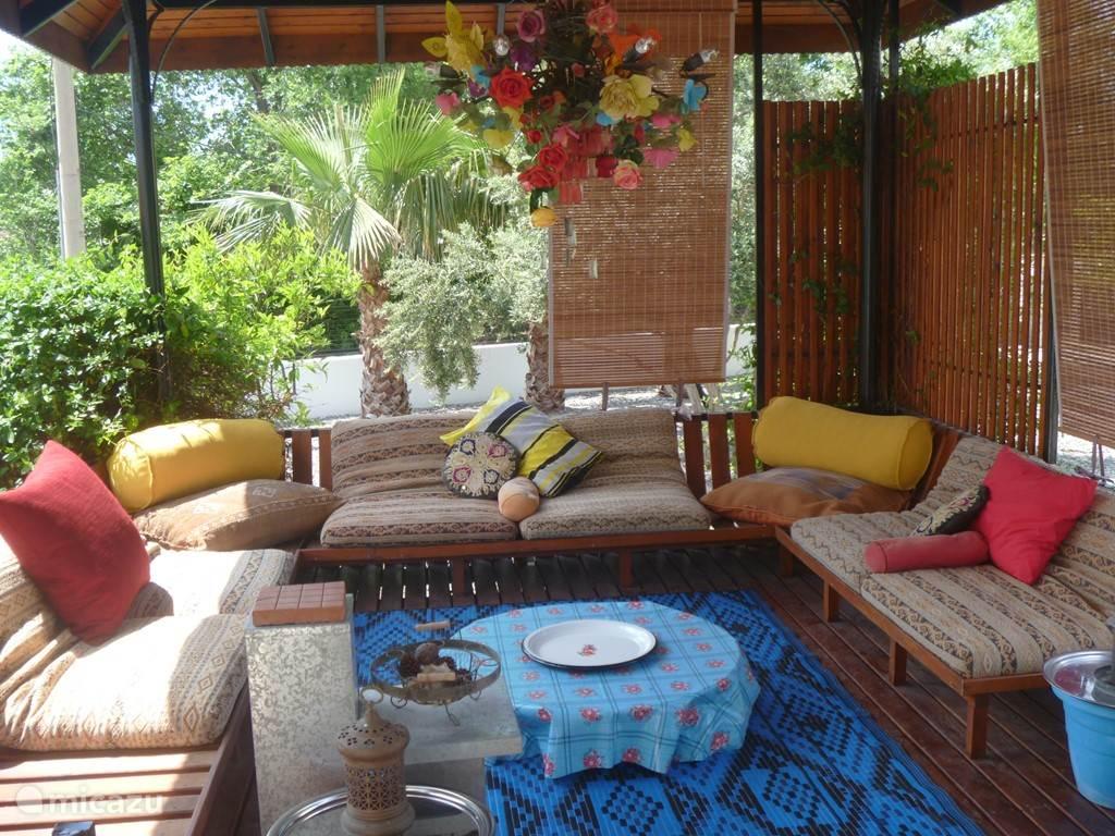 Heerlijk luieren in de overdekte lounge aan de zijkant van de villa, met uitzicht op de Lycische graven