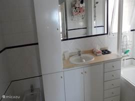 De badkamer annex de ouderslaapkamer. Deze ruimte bevat een ligbad, een wastafel, een bidet en een toilet. Op deze verdieping is een aparte doucheruimte met wastafel en een toilet, dat dienst kan doen als aparte toiletruimte.
