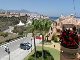 Het uitzicht vanaf de zijkant van het terras op de ingang van het beveiligde park en de kust.