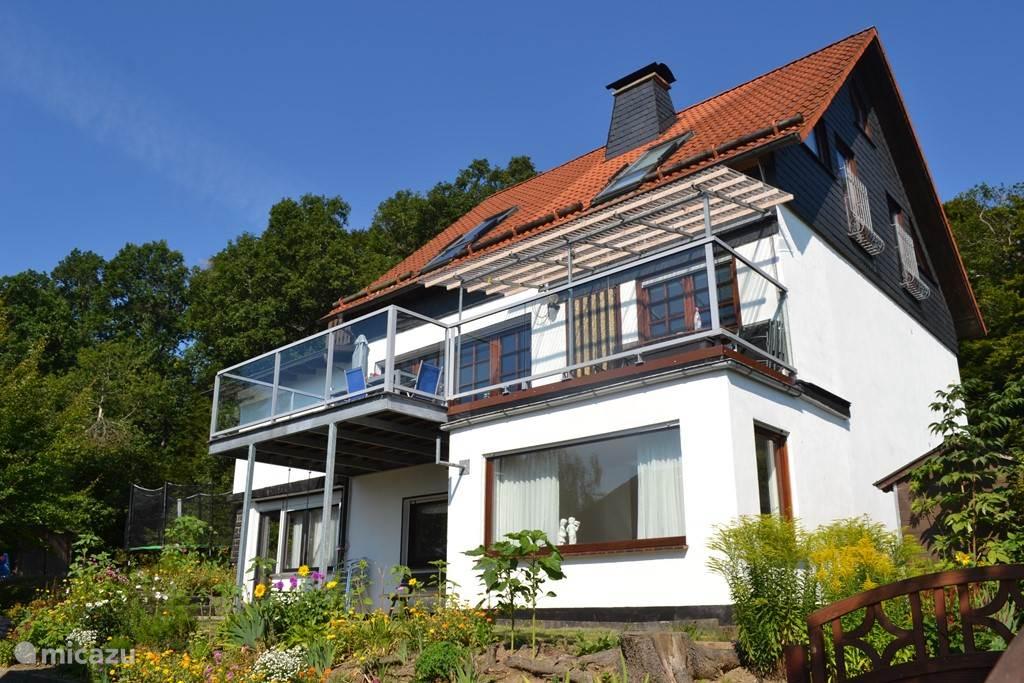 Huis aan de achterkant met groot balkon op het zuiden