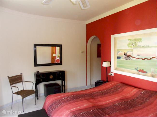 Ruime slaapkamer (1) met aansluitende badkamer.