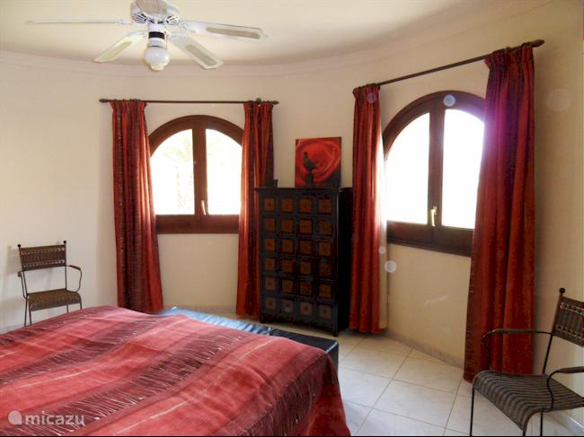 Ruime slaapkamer (1) met aansluitende badkamer