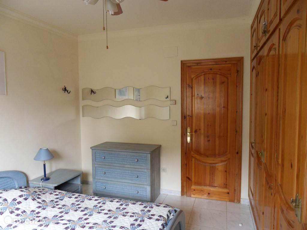 Slaapkamer 2 met inbouwkasten en kluis