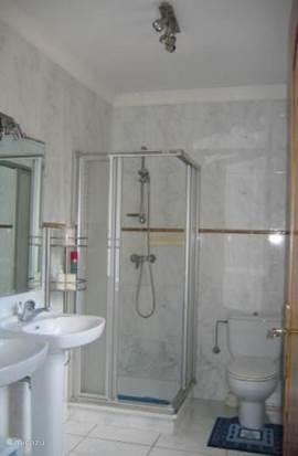 Douche, toilet en dubbele wastafel bij slaapkamer 2