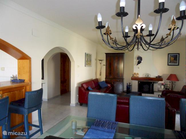 Ruime woonkamer met zithoek, smart TV, WiFi-Internet en open keuken