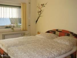 Slaapkamer 2 heeft een kiep-kantelraam en een kiep-kanteldeur naar buiten.