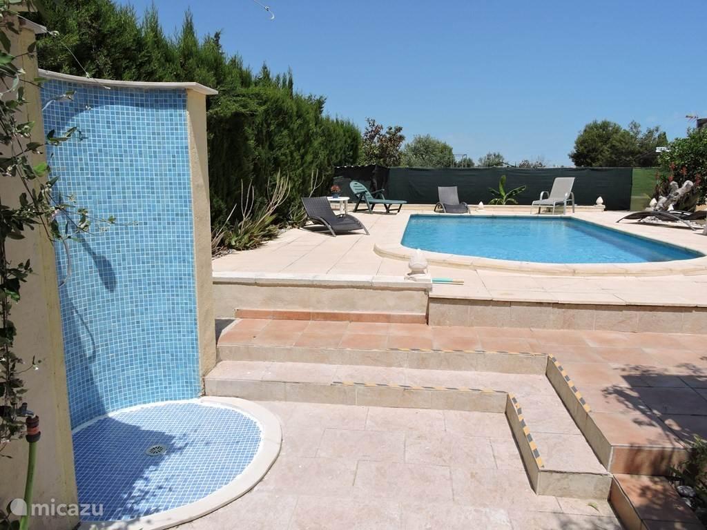 Zwembad met links de buitendouche