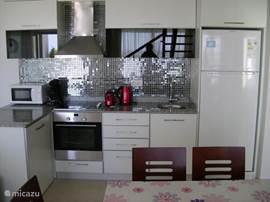 De keuken is voorzien van Siemens inbouwtoestellen (koel/vriescombinatie, keramische kookplaat, oven, vaatwasser en wasmachine).  Er zijn ook nog wat kleinere apparaten (microgolf, senseo, broodrooster, waterkoker, mixer).