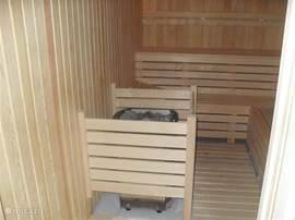 Voor de iets koelere dagen is er nog : de sauna, ...