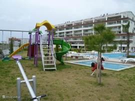 Apart zwembad voor de kleintjes, en dit vlak naast de speeltuin, het wordt een moeilijke keuze.