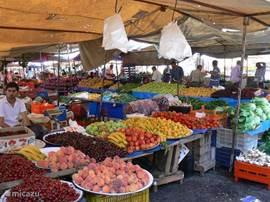 Wie zelf kookt, wil dat met verse produkten doen. Ik kan iedereen aanraden om 's maandags de markt in Manavgat (op 6 km) te bezoeken : voor verse groenten of gewoon voor een stuk fruit als tussendoortje. Voor de dagelijkse aankopen zijn er de kleine winkeltjes (vlak bij het penthouse) of de A101 s