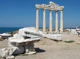 Maar de grootste toeristische trekpleister is en blijft Side : een unieke combinatie tussen natuur en cultuur. U wandelt door de duinen en langs de zee, en bewondert ondertussen de vele historische vondsten die u her en der tegenkomt. Het meest bekend is de Apollo tempel.