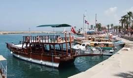 Uw wandeling door Side komt ook langs de haven.  Een rustpauze op een bank met uitzicht op de haven : niemand zal dit afslaan.