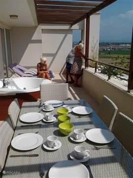 Dakterras van 40 m2 te bereiken via schuifdeur, vanuit de woonkamer en slaapkamer. Rustig ontbijten op uw eigen terras, genieten van de bubbels in de jacuzzi, of gewoon relaxen, ook dat is vakantie !