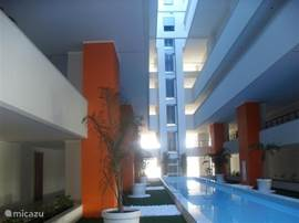 Die Halle war geschmackvoll eingerichtet mit Pflanzen und Wasserspielen geschmückt. Von den Panoramaliften bewundern können es noch besser.