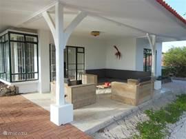 Porch met een heerlijk loungedeelte.