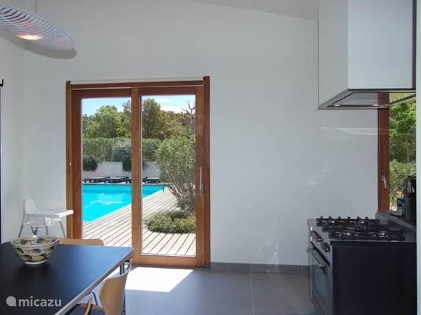 De keuken, de eetkamer en de terrassen liggen dicht bij elkaar
