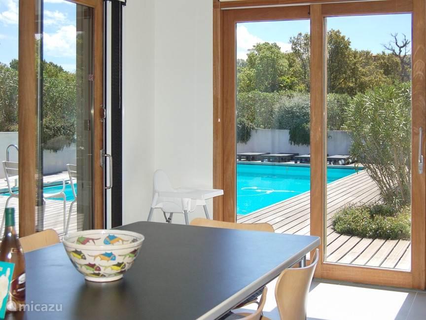 Vanuit de eetkamer en de keuken heeft u een prachtig uitzicht op het zwembad en de terrassen