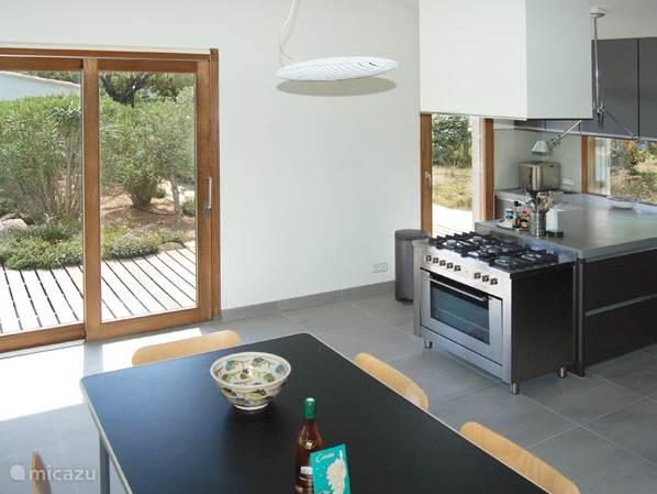 De eetkamer en de keuken zijn modern en zeer ruim