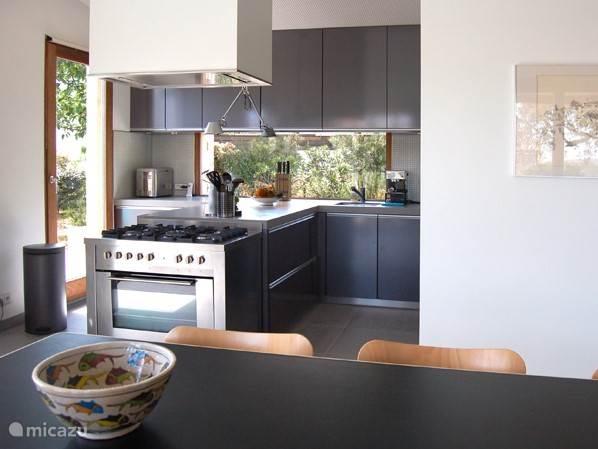 De moderne keuken is zeer goed geëquipeerd met onder andere een Amerikaanse koelkast met ijsmachine, afwasmachine, magnetron, broodbakmachine, espresso apparaat, stoommachine. En in de bijkeuken vindt u een wasmachine, een droogmachine en een uitstortgootsteen.