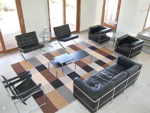 De meubels zijn ontworpen door Le Corbusier, Mies van der Rohe, Mart Stam, Marcel Breuer en Eileen Grey