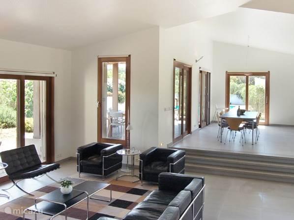 De woonkamer en de eetkamer zijn zeer ruim en hebben een hoog akoestisch plafond