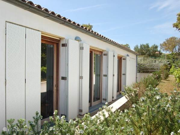 Aan de achterzijde bevinden zich de 4 slaapkamers met ieder een schuifpui en mooie zonneschermen.