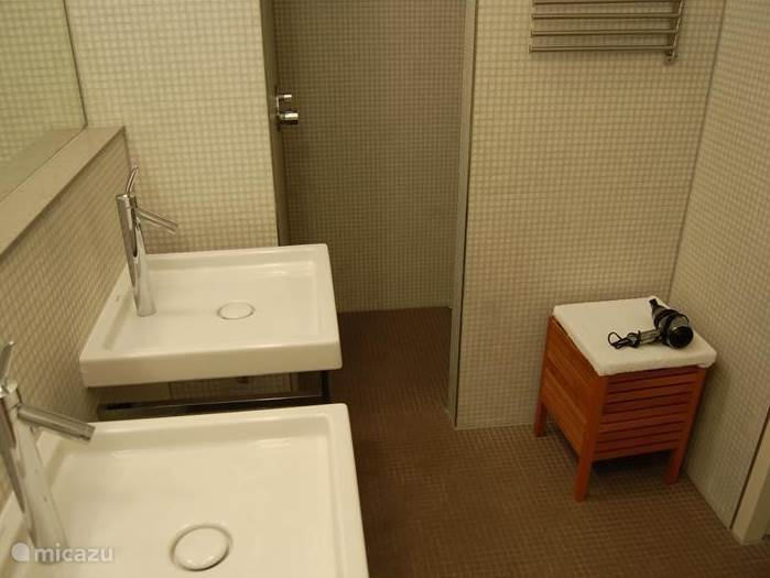 De badkamers zijn allen voorzien van sanitair van het ontwerp van Philippe Starck. Het tegelwerk is van glasmozaïque. De spiegels zijn groot en er is een zitje en een föhn.