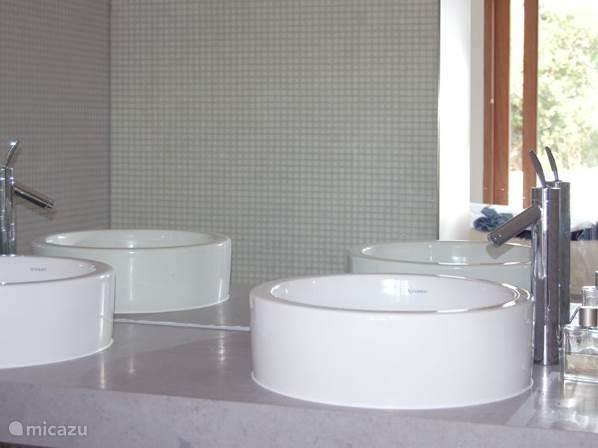 De hoofdbadkamer is zeer modern ingericht met sanitair dat is ontworpen door Phillipe Starck
