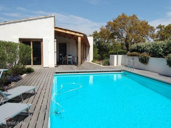 Groot zwembad 5x10m, H=1,70 met mooie houten terrassen en een heelijke tuin